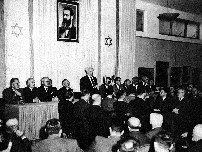 Ministros do Gabinete do novo Estado de Israel, em 14 de maio de 1948, em cerimônia no Museu de Arte de Tel Aviv, marcando a criação do novo Estado