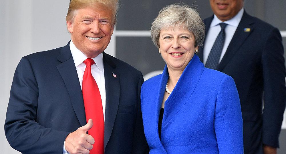 O presidente dos EUA, Donald Trump, e a primeira-ministra do Reino Unido Theresa May durante a cerimômina da cúpula da OTAN. NO fundo, o primeiro-ministro de Portugal, Anonio Costa.