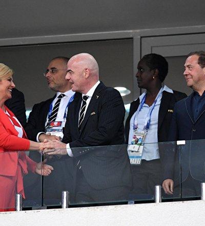 A presidente da Croácia Kolinda Grabar Kitarovic, o presidente da FIFA Gianni Infantino e o primeiro-ministro russo Dmitry Medvedev durante o jogo Rússia x Croácia nas quartas de final da Copa