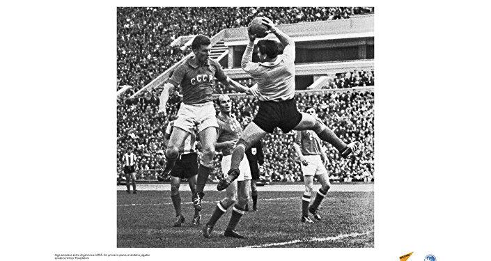 Jogo amistoso entre Argentina e URSS em 1961. Em primeiro plano, o jogador soviético Viktor Ponedelnik.