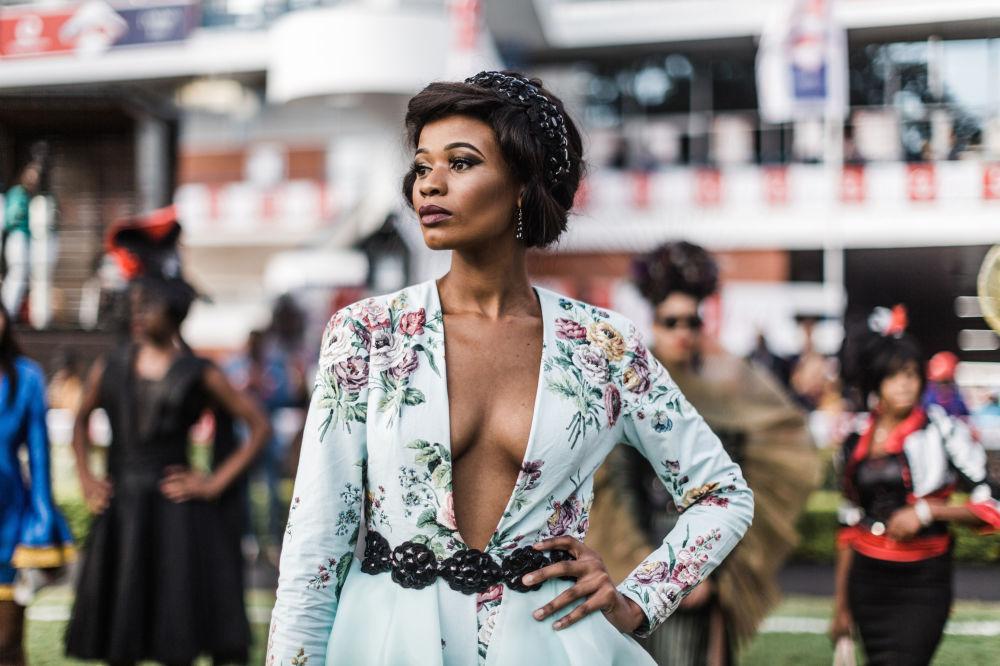 Modelo apresenta peças de designers locais durante um show de moda na África do Sul
