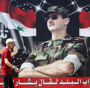 Cartaz retratando o presidente sírio Bashar Assad em uma das ruas de Damasco