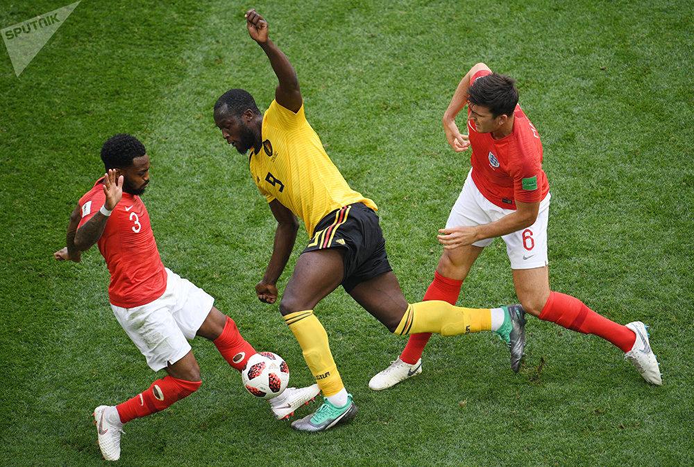 O vice-artilheiro da Copa, Romelu Lukaku é fortemente marcado por Danny Rose e Harry Maguire.