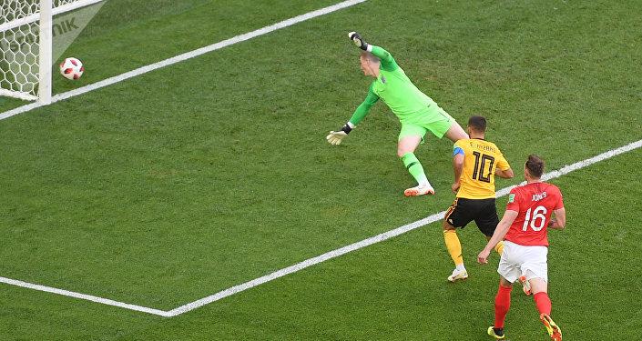 O camisa 10 belga Eden Hazard aproveita a sobra da bola desviada por Phil Jones para ampliar e fazer 2x0 contra a Inglaterra.