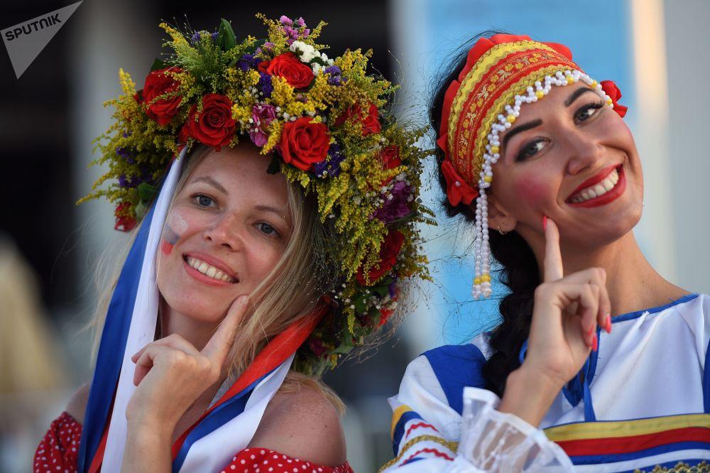 Torcedoras russas em trajes nacionais antes da partida das quartas de final da Copa 2018 entre a Rússia e a Croácia