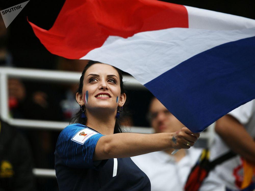 Torcedora francesa antes da partida das quartas de final da Copa 2018 entre o Uruguai e a França