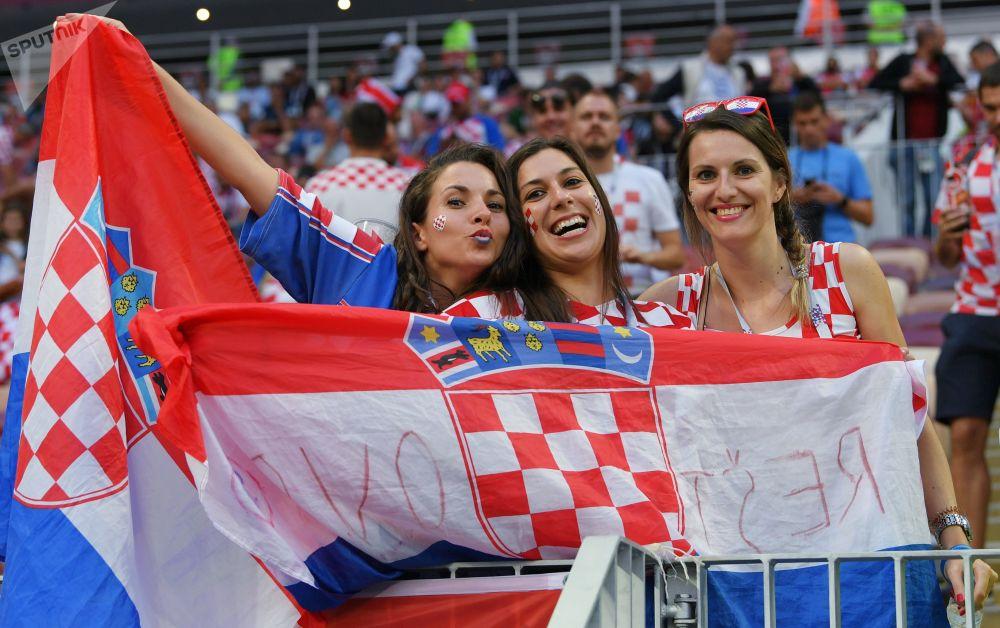 Torcedoras croatas antes da partida da semifinal da Copa 2018 entre a Croácia e a Inglaterra