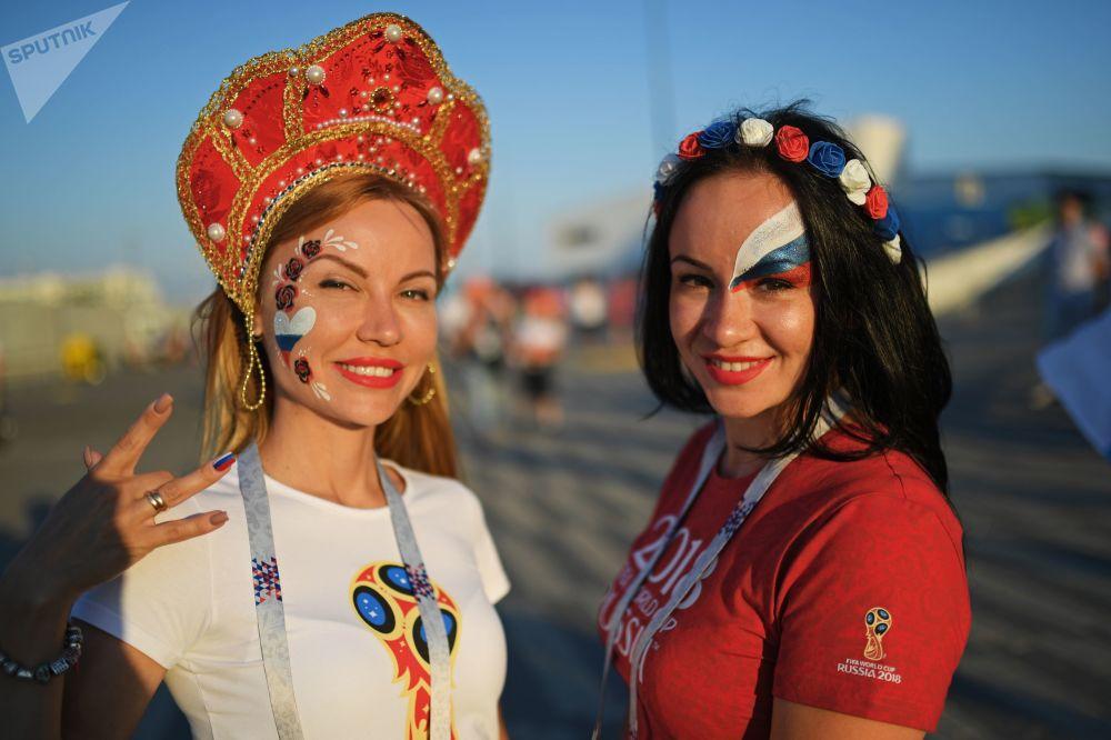 Torcedoras russas antes da partida das quartas de final da Copa 2018 entre a Rússia e a Croácia
