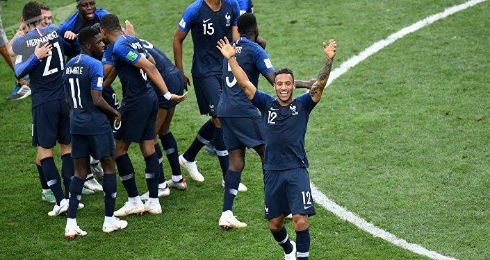Seleção francesa comemora o bicampeonato logo após o apito final na última partida da Copa do Mundo.