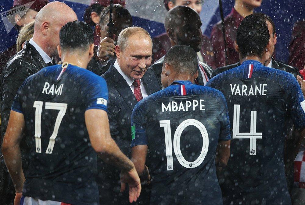 Presidente russo, Vladimir Putin, parabenizando os jogadores franceses pela vitória