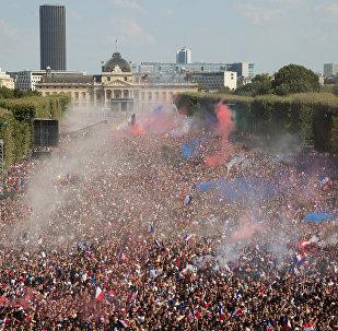 Franceses comemoram em Paris a conquista de mais uma Copa do Mundo para a França