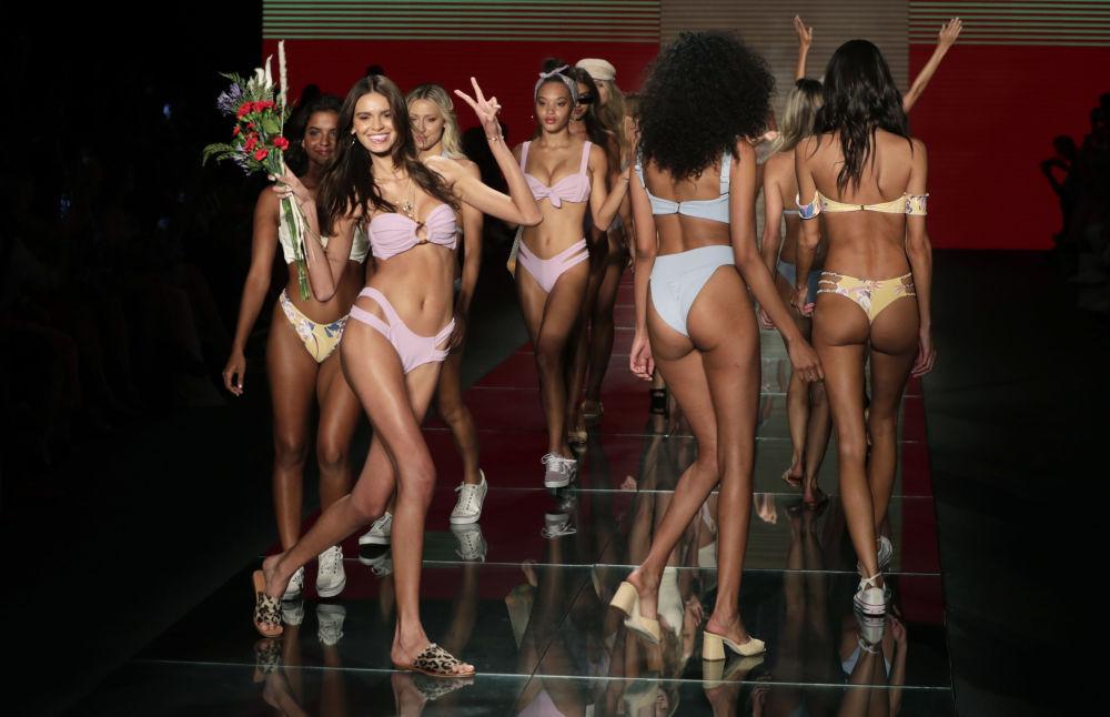 Modelos demonstram nova coleção da famosa marca Montce na Miami Swim Week