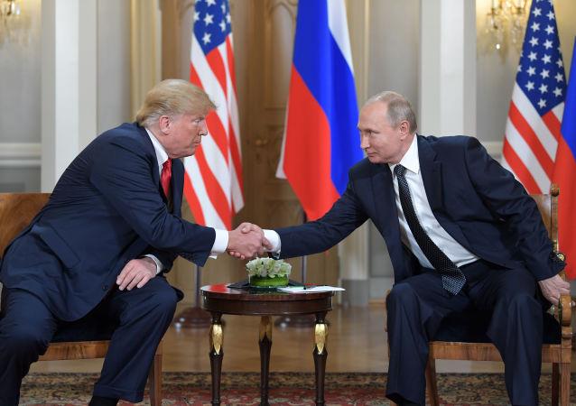 Presidente russo, Vladimir Putin, e presidente dos EUA, Donald Trump, se encontram no palácio presidencial em Helsinque