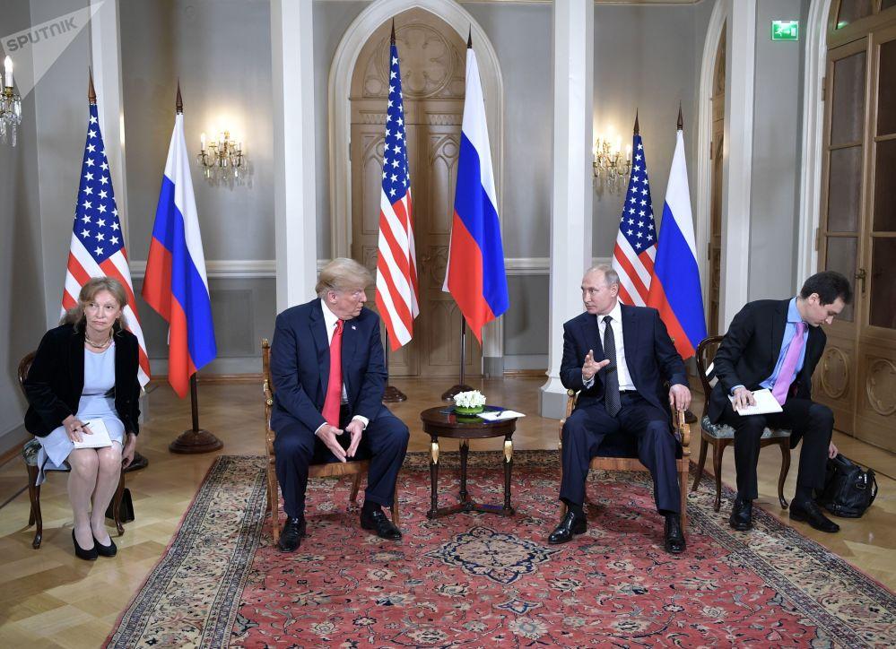 Donald Trump, presidente dos EUA, e Vladimir Putin, presidente da Rússia, debatem em reunião realizada no palácio presidencial da capital finlandesa em 6 de julho de 2018
