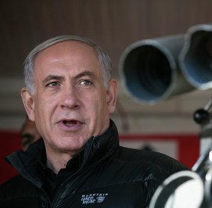 Primeiro-ministro de Israel, Benjamin Netanyahu, visita um posto militar durante uma visita ao Monte Hermon, nas Colinas de Golã sob controle israelense, com vista para a fronteira entre Israel e Síria (foro de arquivo)