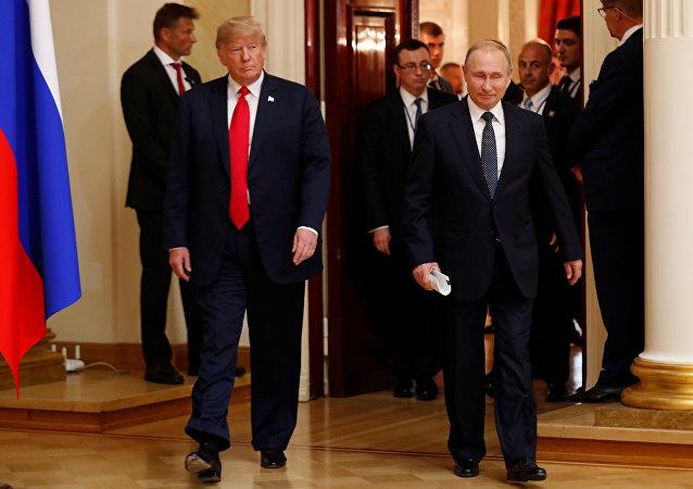 Presidente dos EUA, Donald Trump, e o líder russo, Vladimir Putin, durante a cúpula em Helsinque, 16 de julho
