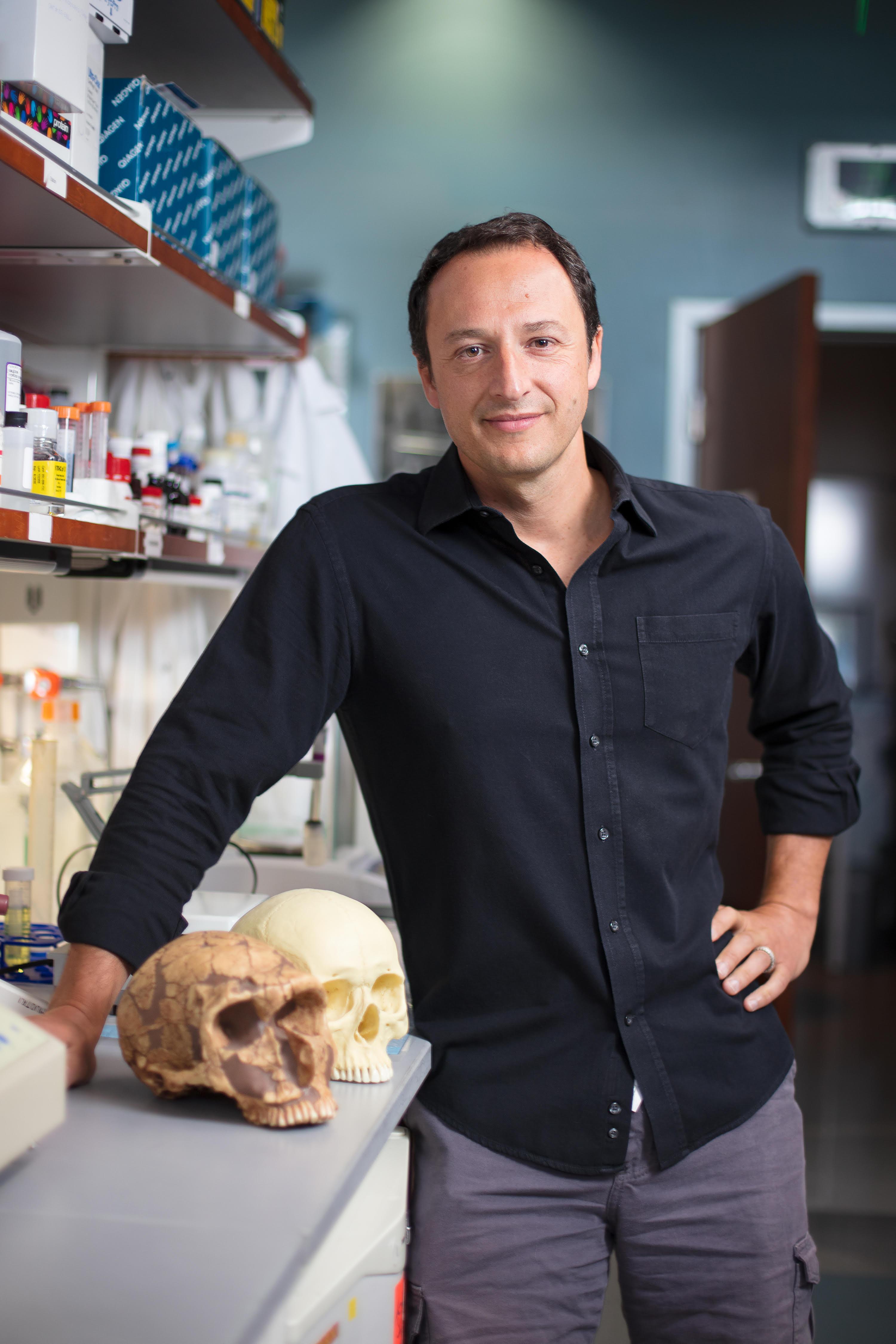 O Dr. Alysson Muotri em seu laboratório na Universidade da Califórnia, em San Diego