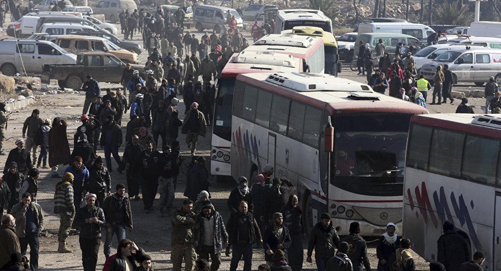 Sírios evacuados da cidade de Aleppo durante o cessar-fogo chegam a um campo de refugiados em Rashidin, perto de Idlib, Síria.