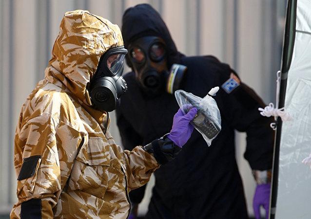 Especialistas trabalhando depois de receber confirmação de que duas pessoas tinham sido envenenadas com agente nervoso Novichok, Amesbury, Reino Unido