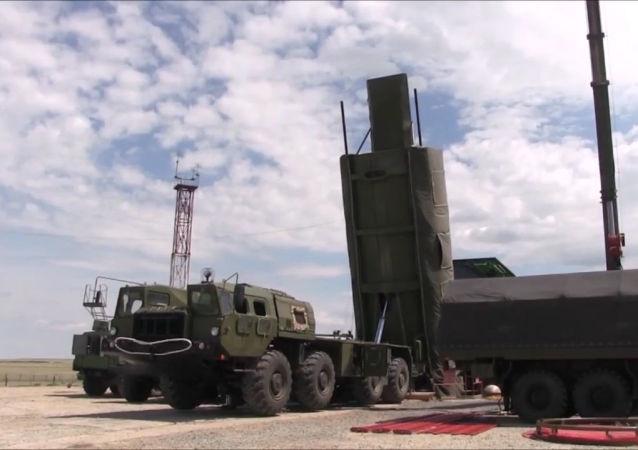 O momento em que os militares russos se preparam para o lançamento do novíssimo míssil Avangard
