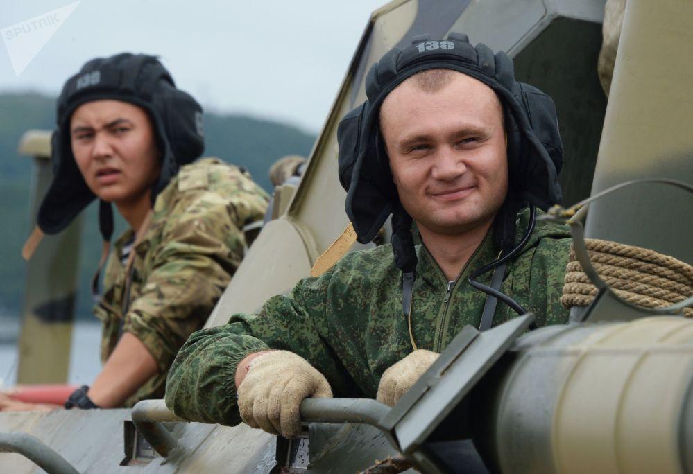 Tripulantes de BTR-82A durante os treinamentos para as celebrações do Dia da Marinha em Vladivostok