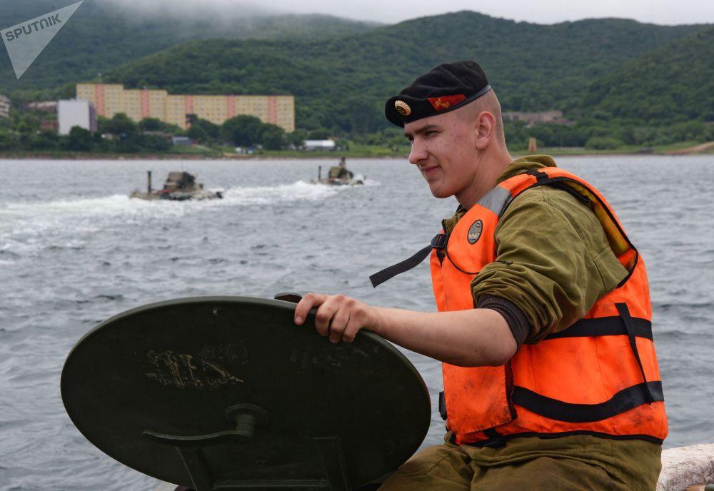 Um fuzileiro naval russo durante os treinamentos para as celebrações do Dia da Marinha da Rússia em Vladivostok