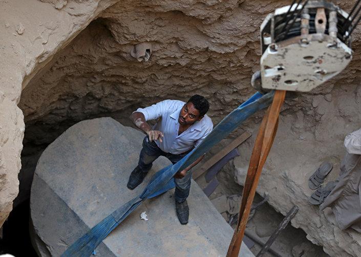 Arqueólogos estudam sarcófago com três múmias, encontrado durante escavações em Alexandria