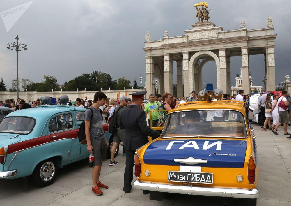 Visitantes observando carros em uma exposição de máquinas retro por ocasião do Dia do Transporte de Moscou.