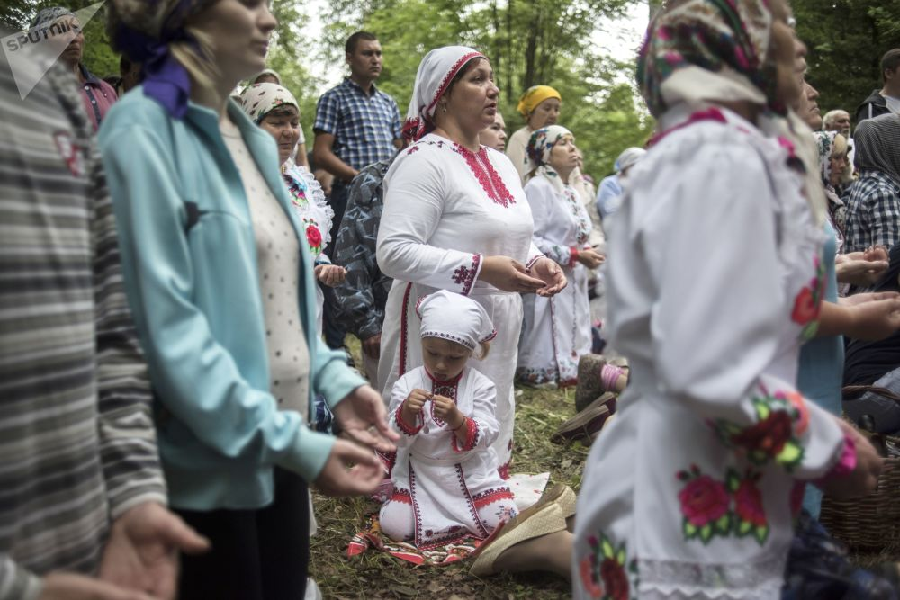 Moradores de uma povoação da república de Mari El durante a oração de purificação na festa de Surem.