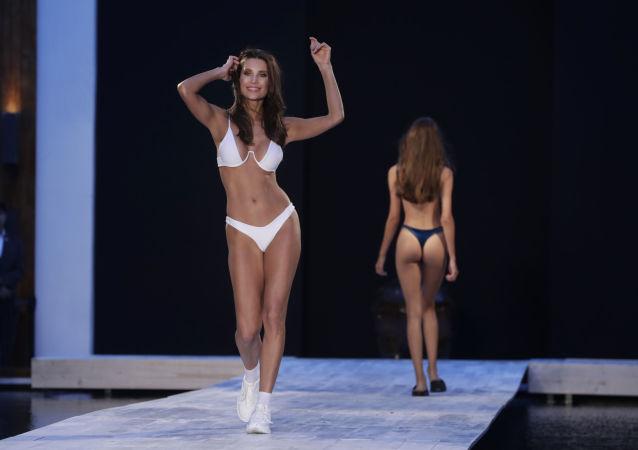 Modelo desfilando durante a semana da moda de praia, Miami Swim Week, Flórida.