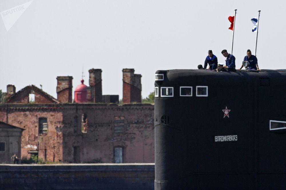 Marinheiros na ponte do submarino Vladikavkaz ensaiando para a parada por ocasião do Dia da Marinha da Rússia.
