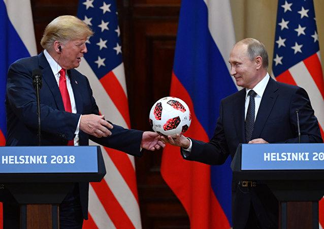 Putin oferece uma bola da Copa para Trump.