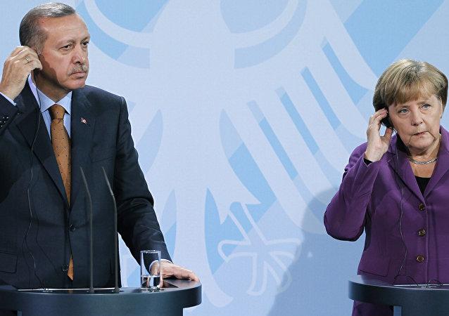 A chanceler alemã, Angela Merkel, à direita, e o primeiro-ministro da Turquia, Recep Tayyip Erdogan, à esquerda, durante uma entrevista coletiva após uma reunião na Chancelaria em Berlim.
