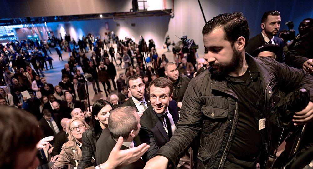 O presidente francês, Emmanuel Macron, e seu então chefe de segurança, Alexandre Benalla, durante campanha em 2017