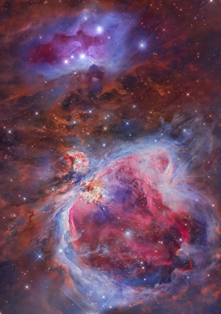 Mosaico das nebulosas de Órion & Nebulosa do Homem Correndo por Miguel Angel García Borrella e Lluis Romero. A nebulosa de Órion, também descrita como NGC 1976, é uma nebulosa difusa que se encontra entre 1500 e 1800 anos-luz do Sistema Solar, situada a sul do Cinturão de Órion. É uma das nebulosas mais brilhantes, e pode ser observada a olho nu sobre o céu noturno