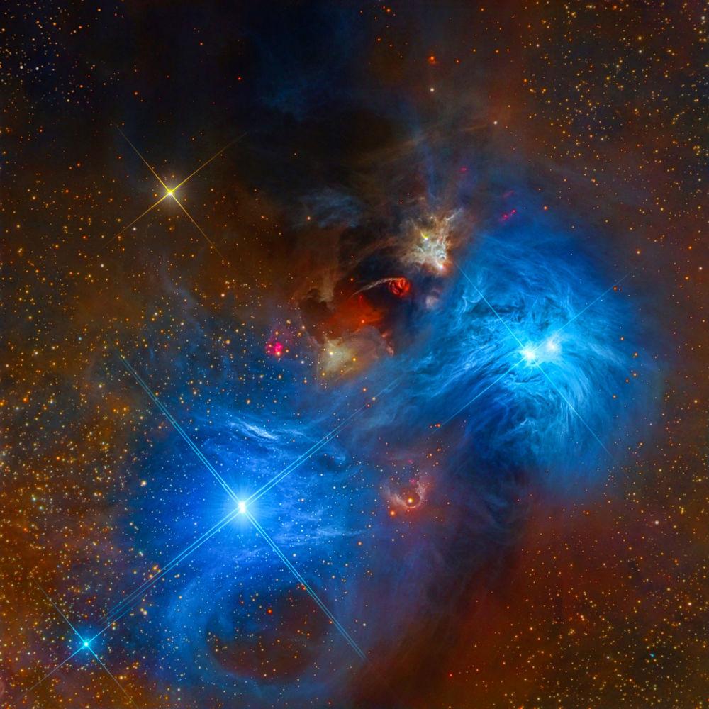 NGC 6726 e NGC 6727 por Mark Hanson, Warren Keller, Steve Mazlin, Rex Parker, Tommy Tse, David Plesko, Pete Proulx (EUA). A foto retrata nebulosas na constelação de Corona Australis em cor azul – muito comum em estrelas quentes