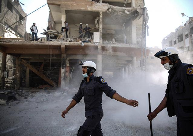 Ativistas da organização Capacetes Brancos trabalhando em Douma, Síria (foto de arquivo)