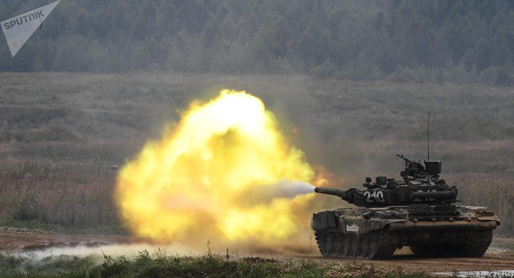 Tanque T-90 durante demonstração dos modelos avançados de armamaneto no polígono Alabino, Rússia, 23 de agosto de 2017