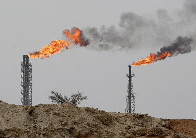 Instalação petroleira na ilha de Khark na margem do golfo Pérsico