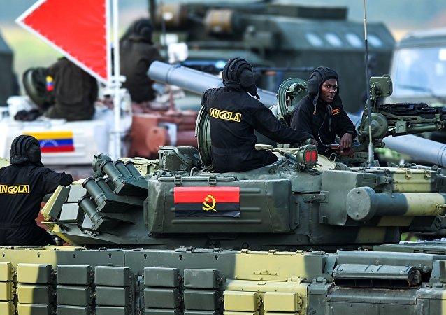 Militares angolanos durante competições Biatlo de Tanques 2014 no polígono Alabino, região de Moscou, foto de arquivo