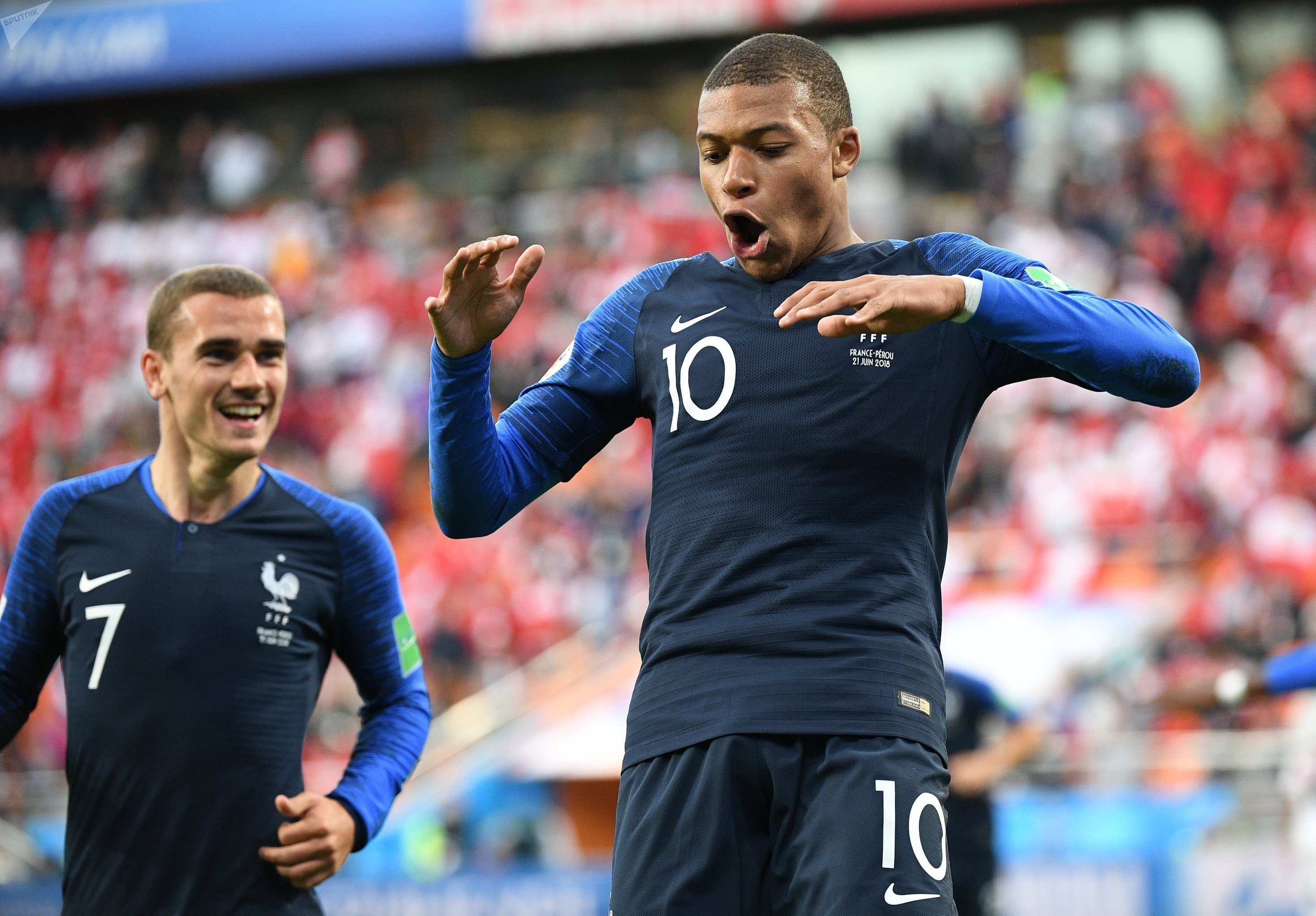 Kylian Mbappé comemora com Antoine Griezmann após marcar na vitória da França por 1 a 0 sobre o Peru