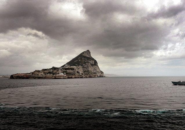 Navio da Marinha Real do Reino Unido perto de Gibraltar