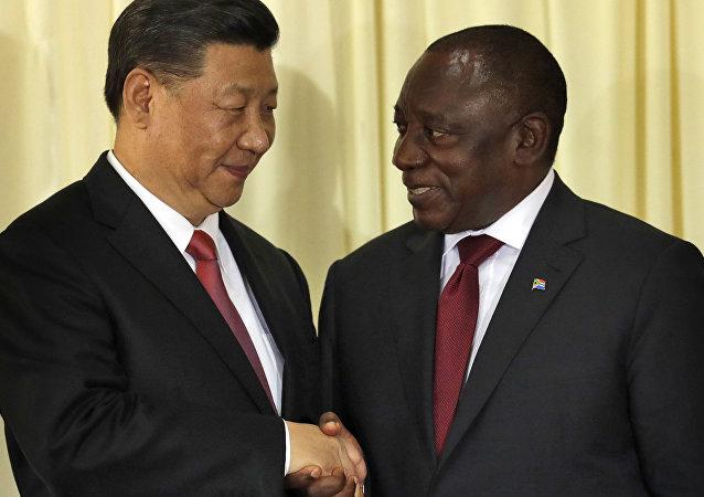 Presidente da África do Sul, Cyril Ramaphosa (à direita) aperta as mãos de Xi Jinping, presidente da China, após coletiva de imprensa em Pretoria, na África do Sul durante a cúpula dos BRICS.