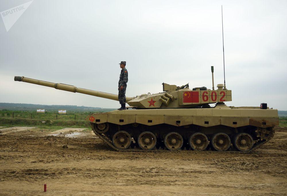 Tanque chinês Type 96 durante os treinamentos para o concurso internacional Biatlo de Tanques 2018