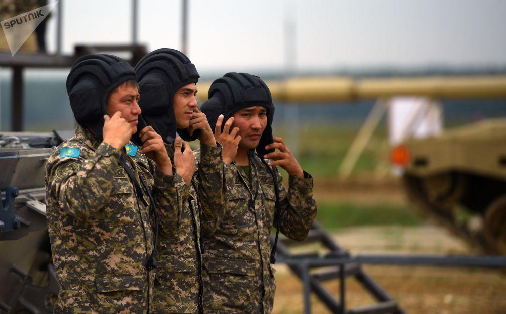A tripulação de um tanque da equipe do Cazaquistão durante os treinamentos para o Biatlo de Tanques 2018