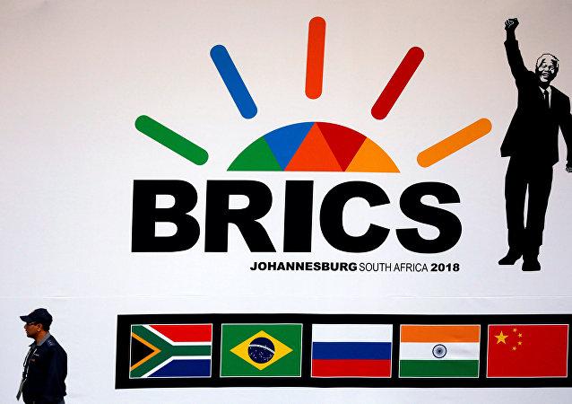 Policial sul-africano é visto perto da entrada no centro onde se decorre a cúpula dos BRICS 2018, em Johannesburgo