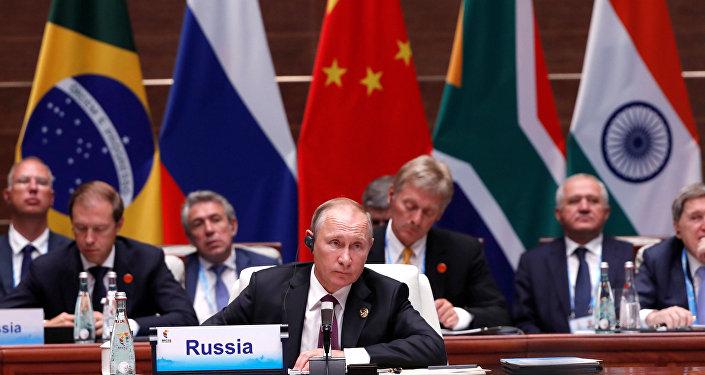 Presidente russo, Vladimir Putin, atende à plenária dos BRICS em Xiamen, na China, em 2017.