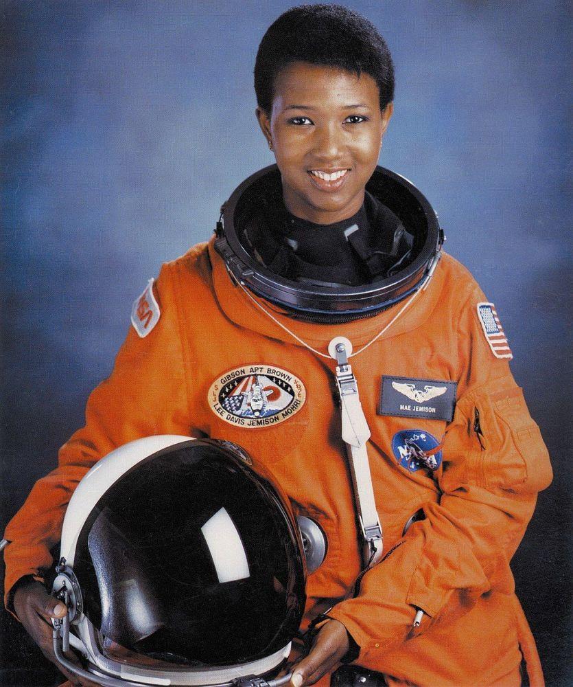 A primeira mulher afro-americana no espaço, Dr. Mae C. Jemison nascida em 17 de outubro de 1956 no Alabama