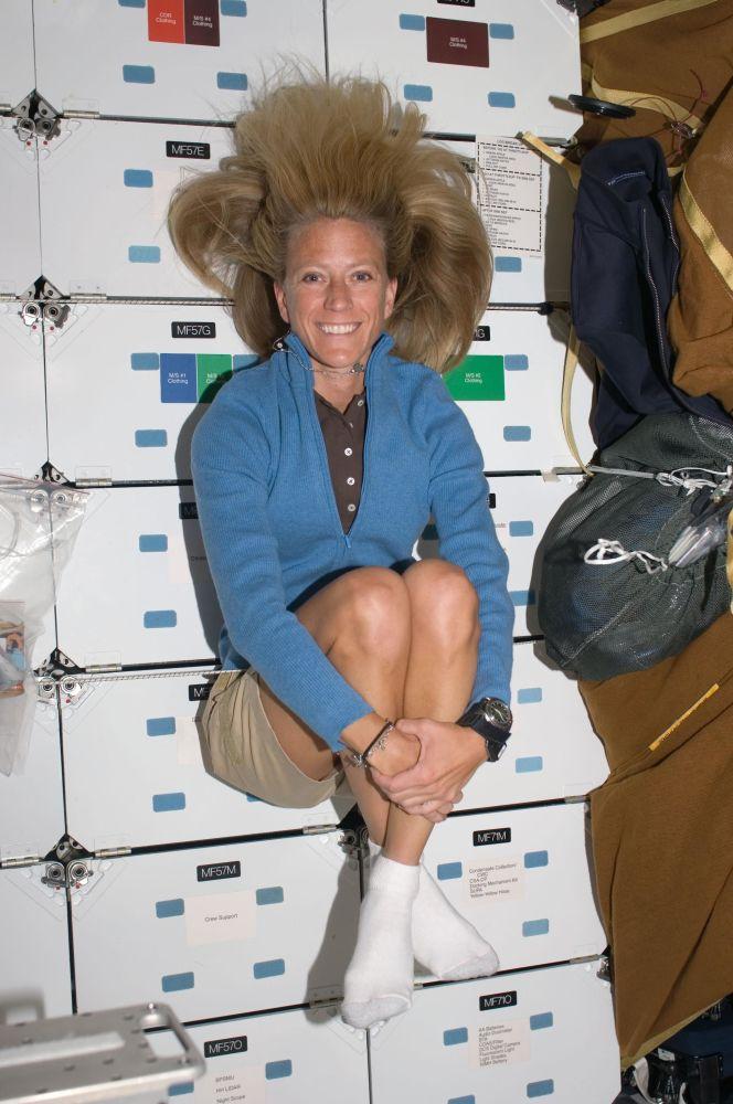 Astronauta Karen Nyberg, especialista em missões da STS-124, sorri para uma foto enquanto flutua no compartimento da Space Shuttle Discovery, em 7 de junho de 2018