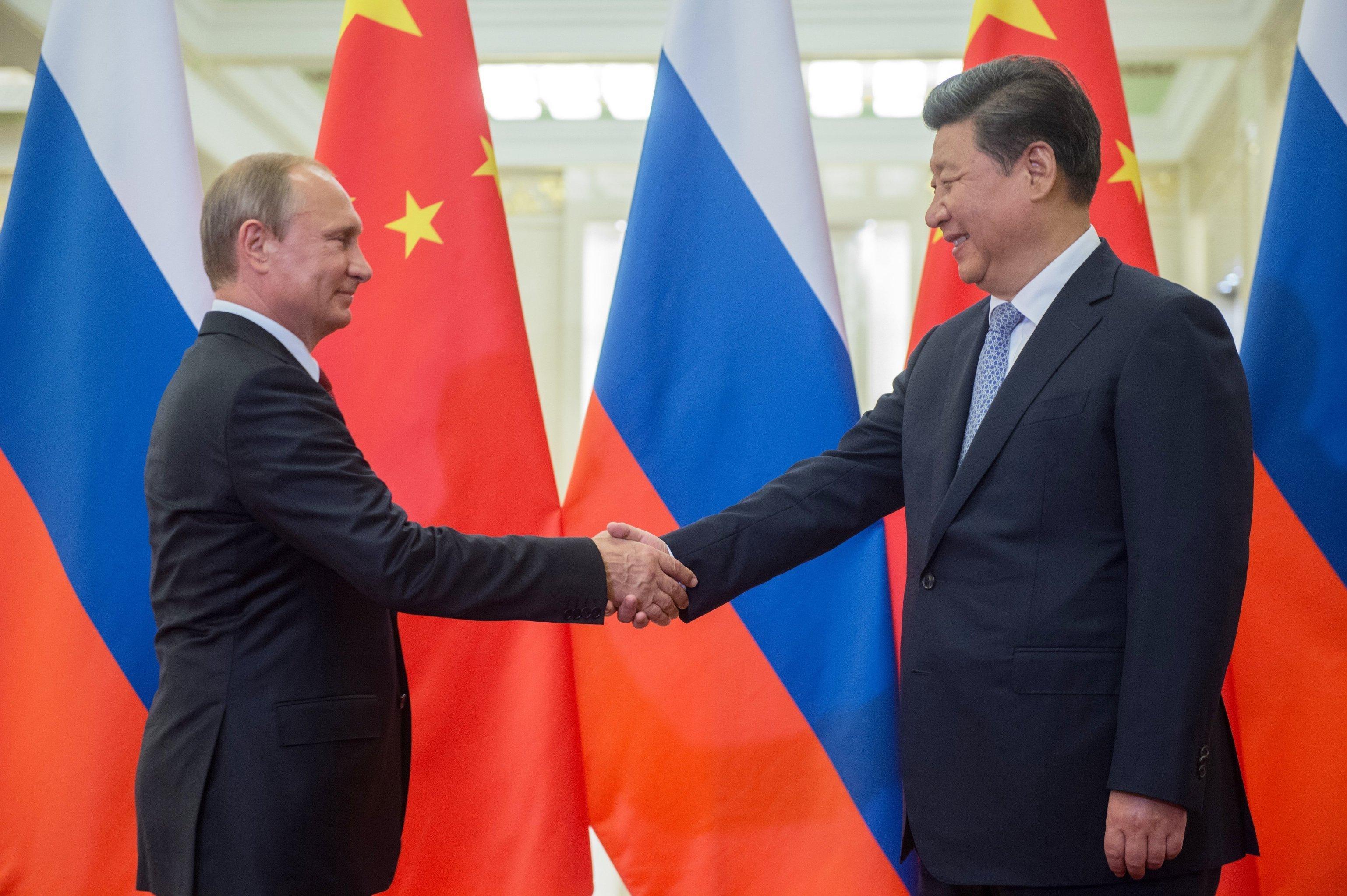 Vladimir Putin e Xi Jinpuing são vistos durante um encontro em Pequim em 3 de setembro de 2015